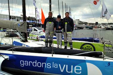 Malko, un jeune garçon atteint de Stargardt, à bord du bateau Gardons la Vue avec Martin Le Pape et Yann Eliès